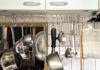 キッチン道具。「見せる収納」のメリットとデメリット。使いやすさと安全対策のバランス